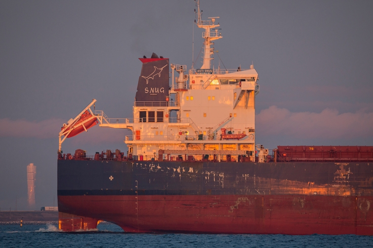The 118.000 t.dv. bulkcarrier ASTI SNUG heading south off Dragør. To the left the Malmø landmark building Turning Torso.