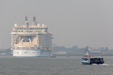Oasis_of_the_Seas_in_Rotterdam_007