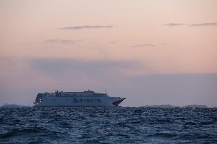 Molslinjen_vessel_passes_Sletterhage_005